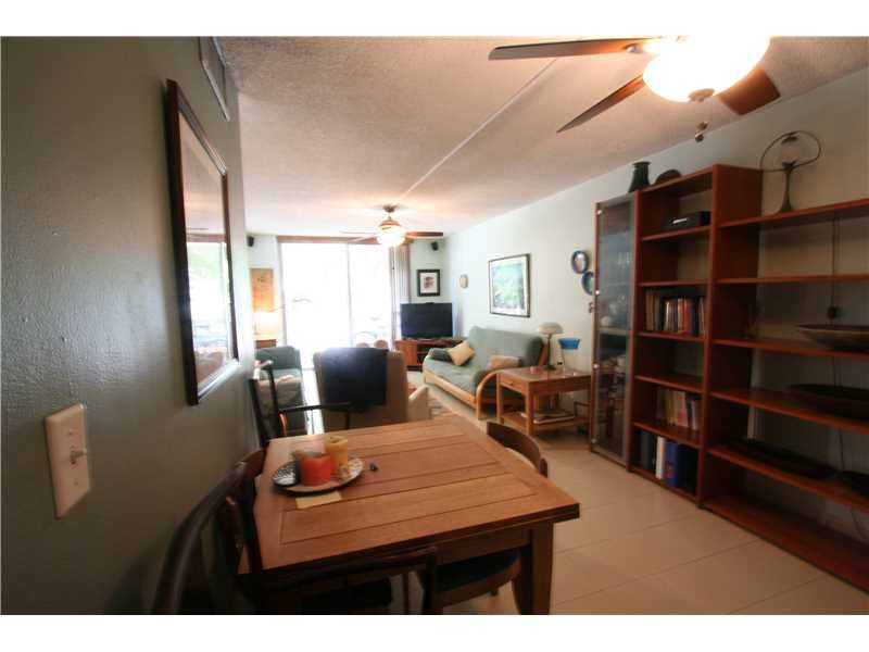 910 Michigan Ave #202 Living Room